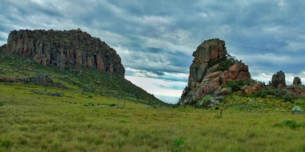 A photo of big rocks on dragon teeth hike